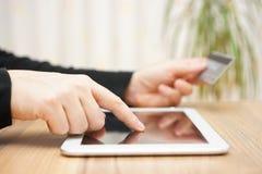人为在片剂计算机上的线付款使用信用卡 免版税库存照片