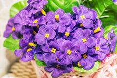 人为淡紫色紫罗兰美丽的花束  免版税库存照片