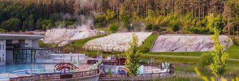 人为温泉修造的全景照片接近自然石灰的 免版税库存照片