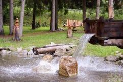 人为瀑布在一个小池塘 免版税库存照片