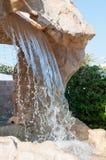 人为瀑布在一家豪华旅游胜地旅馆的庭院里 图库摄影