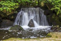 人为瀑布在日本庭院叫otoko-daki 免版税图库摄影