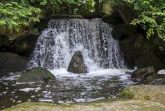 人为瀑布在日本庭院叫otoko-daki 免版税库存照片