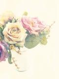 人为玫瑰开花与葡萄酒过滤器颜色的花束 皇族释放例证