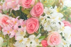 人为玫瑰开花花束和软的焦点背景 免版税库存图片