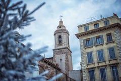 人为积雪的冷杉木在城市马赛 用雪报道的杉树分支,关闭 锋利的霜 免版税库存照片