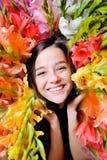 人为美好的明亮的五颜六色的创造性的睫毛眼影膏羽毛女花童长的构成佩带的花圈年轻人 图库摄影