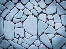 人为蓝色轻的石墙 库存照片