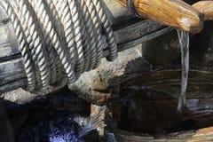 人为陶瓷家庭瀑布塑造了象很好与举的绞盘、桶和绳索 免版税图库摄影