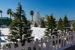 人为雪和圣诞树在手段-冬天和圣诞节在热的国家概念 免版税库存图片