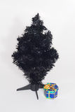人为黑色圣诞节礼品一结构树联合国 库存照片