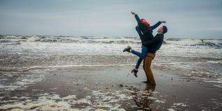 人举海水的女孩在风暴 库存图片