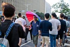 人举行在台北LGBTQIA自豪感的一把彩虹伞,台湾 2017年10月28日 免版税库存图片