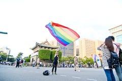 人举行在台北LGBTQIA自豪感的一面大彩虹旗子,台湾 2017年10月28日 免版税库存图片