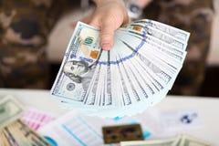 人举行手中大肥胖盒美国金钱 免版税库存照片
