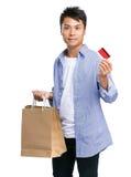 人举行购物袋和信用卡 免版税图库摄影