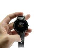 人举行smartwatch皮革展示电子邮件按摩数字式bluetooth 库存图片