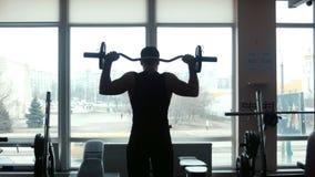 人举重运动员举在健身房的杠铃 股票视频