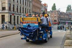 人乘坐的游览在阿姆斯特丹,荷兰骑自行车 免版税库存照片