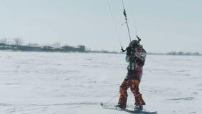 人乘驾在snowkiting的冬天 snowkiting在冬天领域的冬天在雪风暴以后在傲德萨乌克兰 股票视频