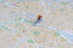 人乘驾自行车图在地图 免版税库存照片