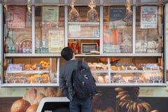 人买的食物在面包商店 库存图片