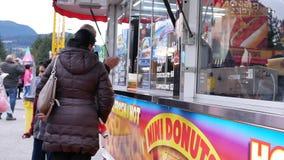 人买的食物的行动在西海岸娱乐狂欢节的 股票录像