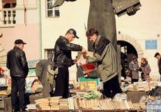 人买的vynil纪录和葡萄酒书在跳蚤市场上 库存图片