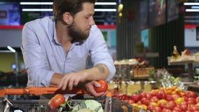 人买蕃茄和黄瓜在购物中心 股票视频