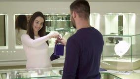 人买首饰在精品店 影视素材