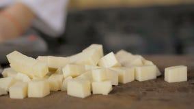 人乳酪切口片断在木板的 股票录像