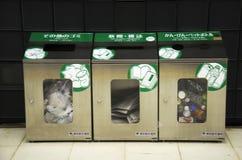 人事假垃圾的回收站在地铁站在Shinj 免版税图库摄影
