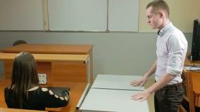 人交付膝上型计算机在一个特别箱子的类大学 他拔出并且投入桌妇女 她跑 股票录像