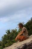 人享受海的看法 在海滨的一放松 在天际的监督 休息运动员在山上面 图库摄影