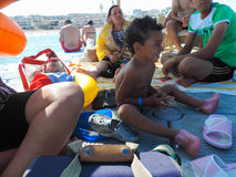 人享用海滩 免版税库存图片