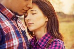 人亲吻一名妇女,平静的场面 库存照片