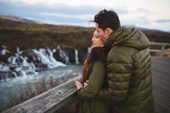 人亲吻心爱在面颊在冰岛 库存图片
