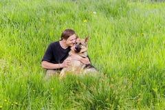 主人亲吻他的狗 一条德国牧羊犬狗 培训 免版税图库摄影