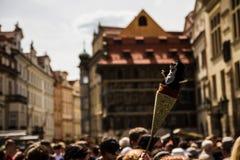人人群一个繁忙的城市广场的 库存图片