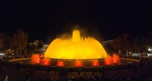 人人群五颜六色的光&喷泉展示的 夜在巴塞罗那,西班牙,不可思议的喷泉的 库存图片