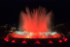 人人群五颜六色的光&喷泉展示的 夜在巴塞罗那,西班牙,不可思议的喷泉的 免版税图库摄影