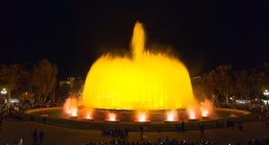 人人群五颜六色的光&喷泉展示的 夜在巴塞罗那,西班牙,不可思议的喷泉的 免版税库存图片