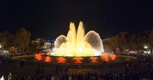 人人群五颜六色的光&喷泉展示的 夜在巴塞罗那,西班牙,不可思议的喷泉的 免版税库存照片