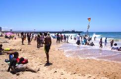 人人群北部海滩的在德班 库存图片