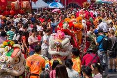 人人群在农历新年和情人节的庆祝时漫游街道 唐人街在曼谷, 免版税库存照片