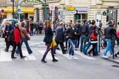 人人群在市巴黎 免版税库存照片