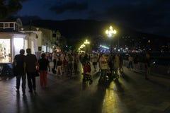 人人群在晚上在步行区域 免版税库存照片