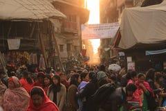 人人群在街市上在加德满都,尼泊尔 免版税库存照片