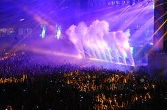 人人群在音乐会的一个体育场内 免版税图库摄影