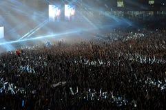 人人群在音乐会的一个体育场内 图库摄影
